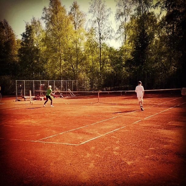 Sade pilasi perjantain treenit. Alkuviikolla saatiin kuitenkin nauttia korvausviikon treeneistä hyvissä olosuhteissa. #tennis #oulu #kesä #pikisaari