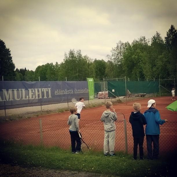 @haapanene avasi OVS:n voittotilin Tampereen SM-kisoissa. Kannustamassa muut OVS-Junnut. #tennis #oulu #tampere