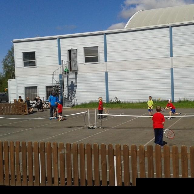 Yli sata innokasta lasta valtasi Nallisportin tänään alkaneessa Jaffa Tenniskoulussa. #tenniskesä #ovs #backhandforehandboomboomboom