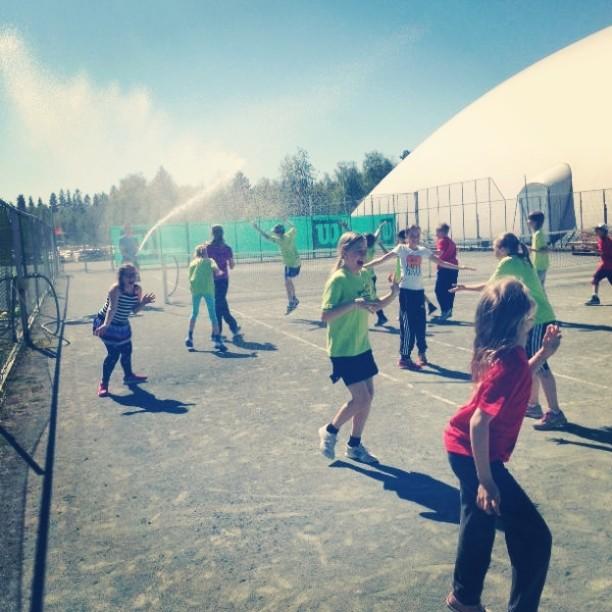 Jaffa Tenniskoulu jatkui lämpimissä tunnelmissa. #tennis #oulu #kesä #Jaffa #suihku
