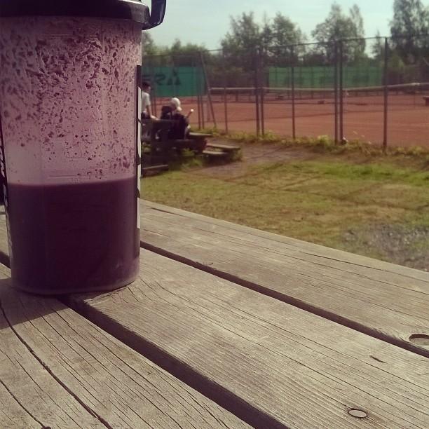 Aamuaurinko, smoothie ja junnut valmiina treenaamaan. Tenniskesä parhaimmillaan! #tennis #kesä #oulu #instafood