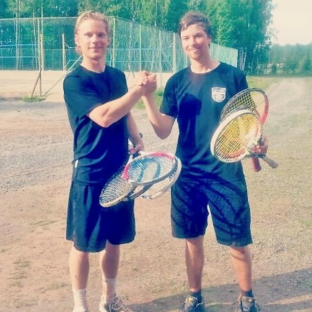 SM-liigajoukkueen runkopelaajat Tomppa ja @joojurva hioivat tänään kuntoaan Grand Slam -hengessä. Nelieräisen väännön aikana kaksikko rikkoi jänteet peräti seitsemästä mailasta. #tennis #oulu #reeniä #gripitandripit