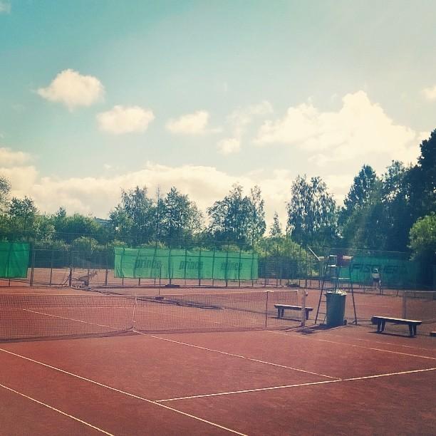 Kaunis kesäaamu Korkkarissa. Kohta kilpatreenit käyntiin. #tennis #oulu #kesä #reeniä #theseparationisinthepreparation